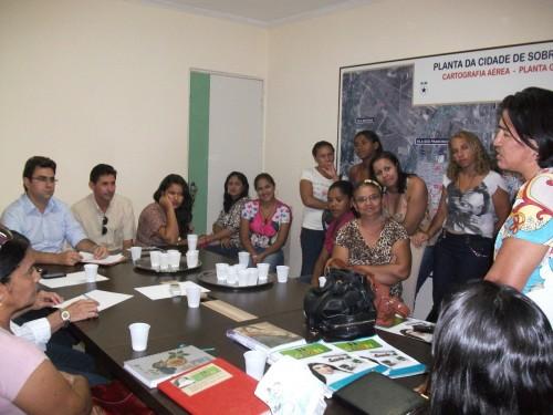 Verhandlung beim Bürgermeister Luiz Vicente (erster v.l.). Rechts Marta, die den schwierigen Weg durch 25 Jahre darlegt.