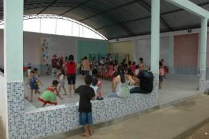 Ein Teil des Innenhofs ist überdacht für Sport, Versammlungen und Spiele