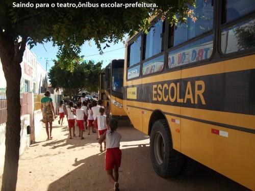Aufbruch zu einem Theaterbesuch mit Schulbussen der Stadt.
