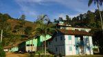Schule mit altem Bauernhaus